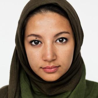Wereldgezicht-iraanse vrouw op een witte achtergrond