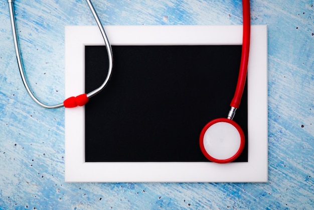 Wereldgezondheidsdag, gezondheidszorg en medisch concept, rode stethoscoop en fotolijst