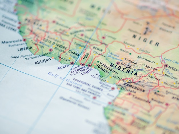Wereldkaart met focus op de federale republiek nigeria met hoofdstad abuja.