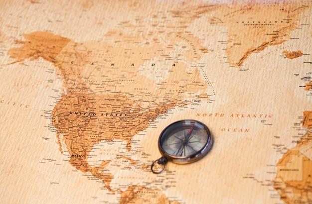 Wereldkaart met kompas dat noord-amerika toont