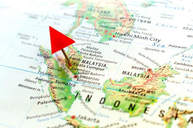 Wereldkaart met pin op hoofdstad van maleisië