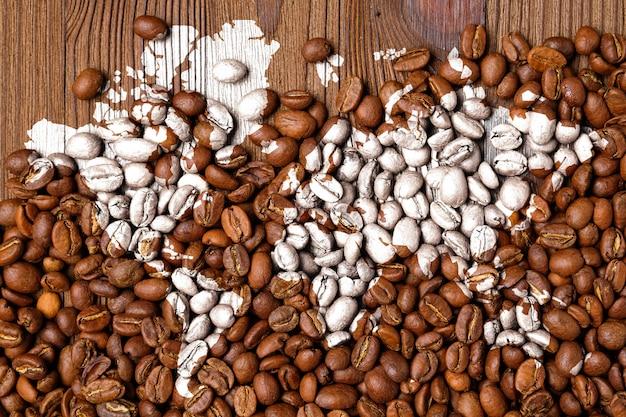 Wereldkaart op koffiebonen als concept van de werelduitvoer