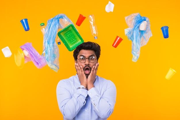 Wereldmilieudag, plastic recyclingprobleem en milieurampconcept - doodsbang