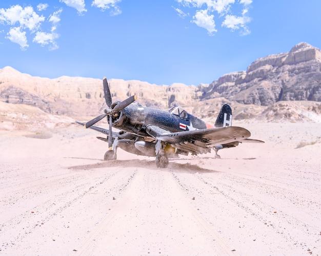 Wereldoorlog ii militair vliegtuig dat in de woestijn opstijgt