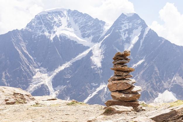 Wereldtoerisme dag, piramide van stenen op de helling van de berg cheget