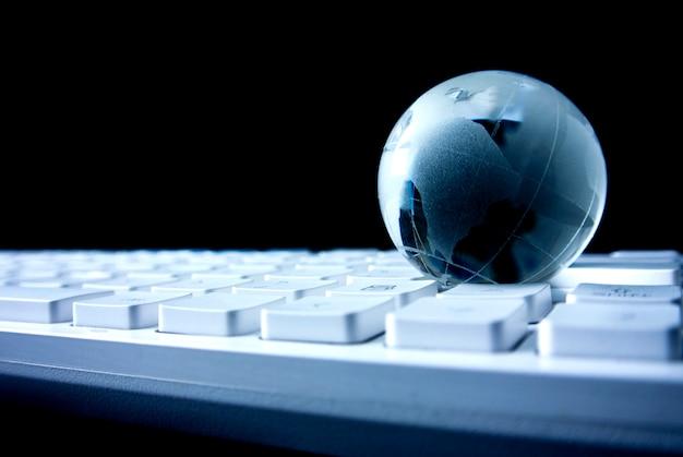 Wereldwijd netwerk met toetsenbord in bedrijfsconcept