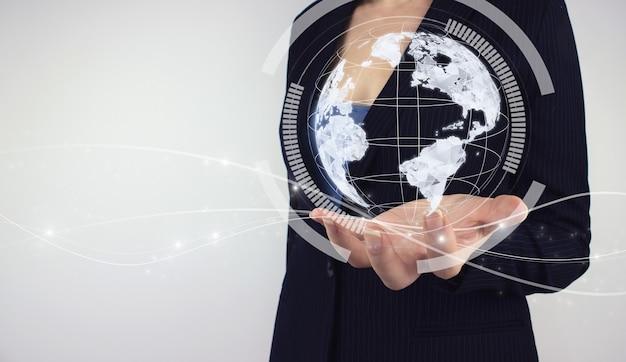 Wereldwijd netwerkconcept. hand houden digitale hologram digitale planeet op grijze achtergrond. concept over zaken, politiek, ecologie en media, die het wereldwijde technologieënconcept vertegenwoordigen.