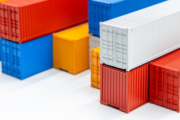 Wereldwijd zakelijk containervrachtschip in import export zakelijke logistiek, bedrijf verzending levering en logistieke technologie zakelijke industriële, container op computer laptop notebook selectieve focus.