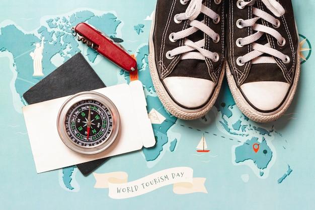 Wereldwijde kaart met snickers en kompas