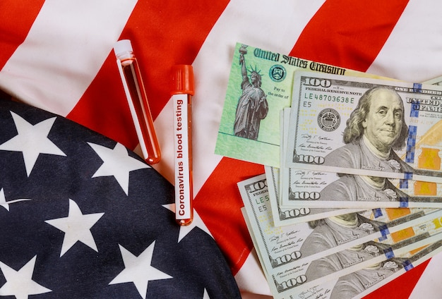 Wereldwijde pandemie covid 19 lockdown coronavirus financieel hulppakket senaatstimulans individuele cheques amerikaanse 100-dollarbiljetten valuta op amerikaanse vlag