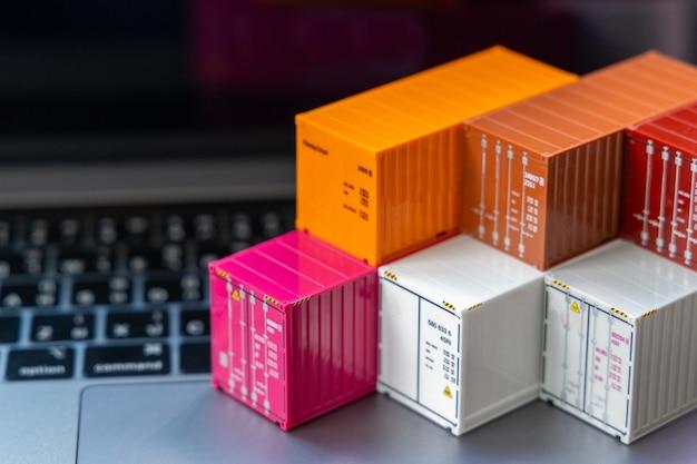 Wereldwijde zakelijke container vrachtschip in import export zakelijke logistiek, bedrijf verzending levering en logistiek technologie zakelijke industriële, container op computer laptop notebook selectieve aandacht.