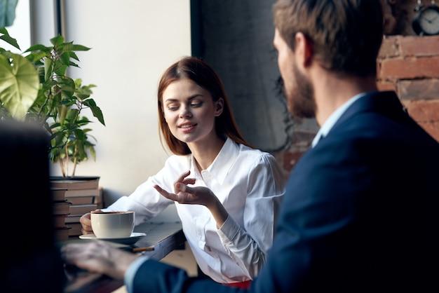 Werk collega's communicatie levensstijl café ontbijt financiën