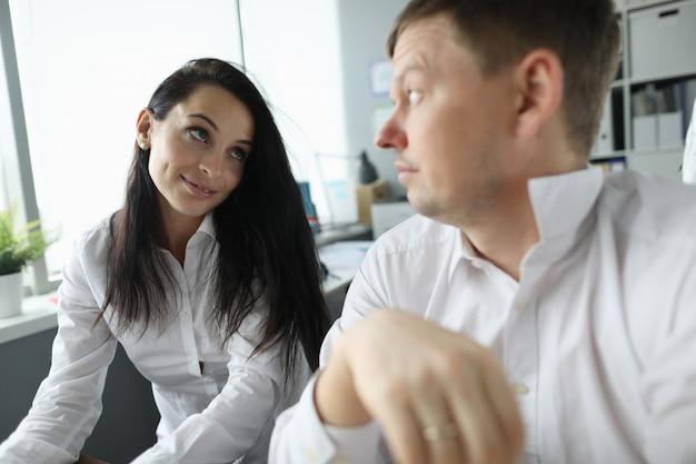 Werk collega's man en vrouw kijken elkaar aan