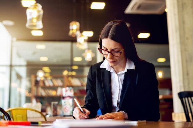 Werk concept. vrouw die aan nieuwe plannen werkt die berekeningen maken.
