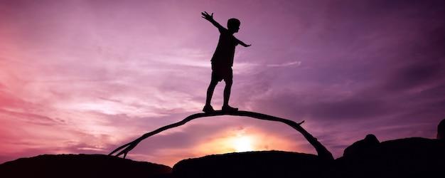Werk en privé balans concept. silhouet van persoon balanceren body.twilight landschap op strand