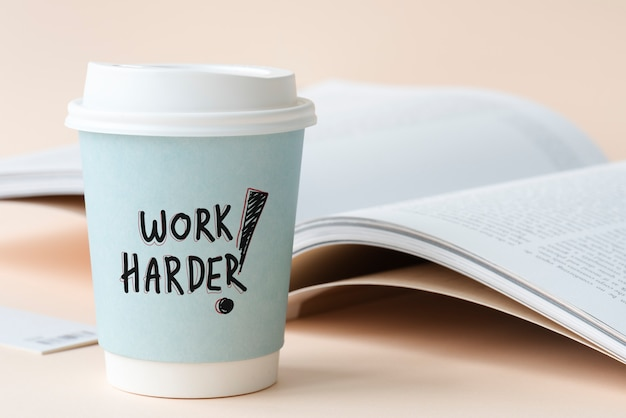 Werk harder geschreven op een papieren beker