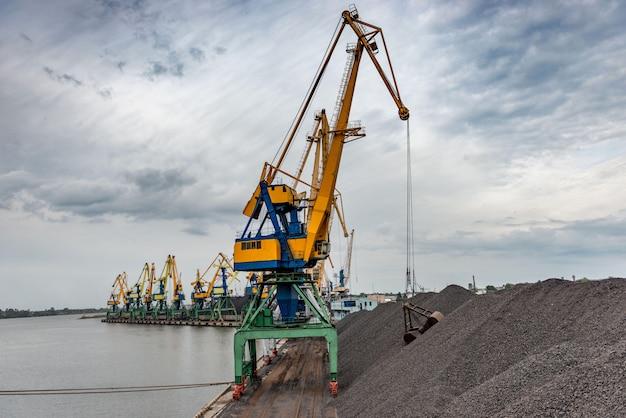 Werk in de haven voor kolenbehandeling.