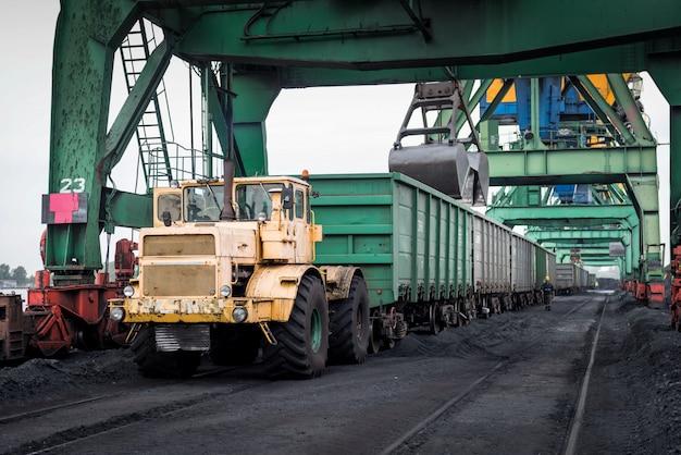 Werk in de haven voor kolenbehandeling