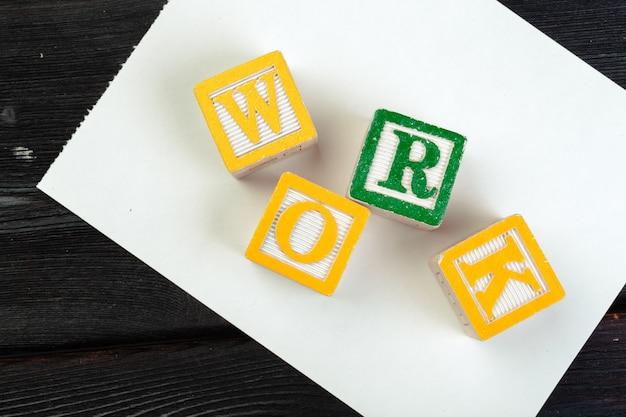 Werk kubus met letters, bord met houten kubussen