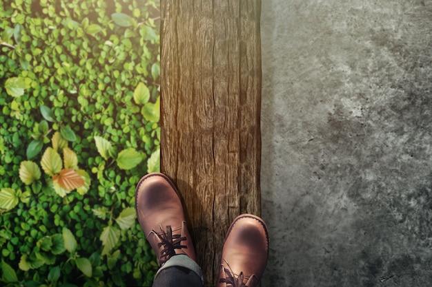 Werk leven evenwicht concept. bovenaanzicht van mannelijke evenwicht zijn lichaam op houten log