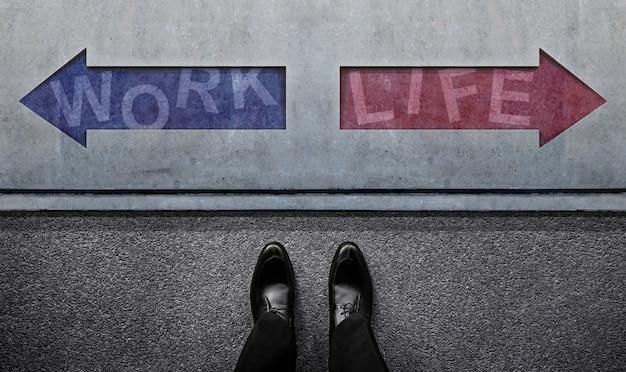 Werk leven evenwicht concept. een besluiteloze zakenman die voor de linker- en rechterpijlrichting staat