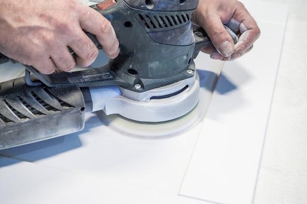 Werk polijst onderdelen meubelonderdelen mdf, voorbereiding voor het schilderen.