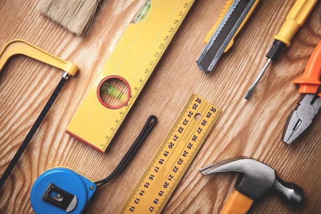 Werk tools op houten tafel.
