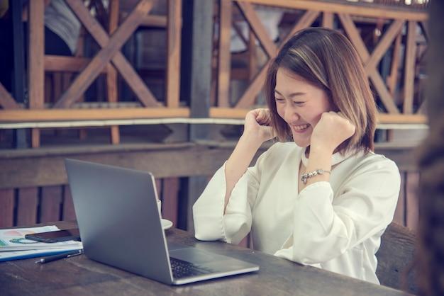Werk vanuit huis conceptuele vrouw die op laptop thuis werkt