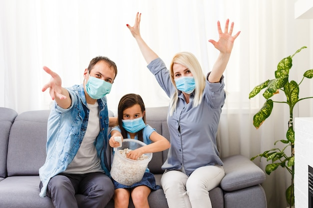 Werk vanuit huis of blijf thuis van coronavirus covid-19 pandemische crisis. lifestyle happy family tijd thuis met laptop en tablet. quarantaine.