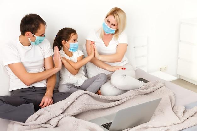 Werk vanuit huis of blijf thuis van coronavirus covid-19 pandemische crisis. lifestyle happy family tijd thuis met laptop. quarantaine.