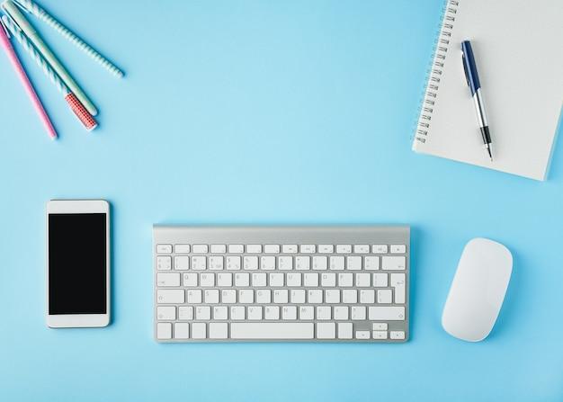 Werk vanuit huis, online leren. helderblauw modern bureau. bovenaanzicht. afstandsonderwijs.