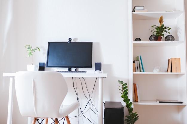 Werk vanuit huis tijdens de pandemie van het coromavirus. blijf thuis. werkruimte van freelancer. kantoor interieur met computer