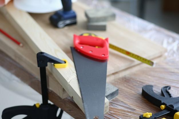 Werkbank met houten blokken en timmerwerktuigen. meubelfabriek en werkplaats. modern trainingsprogramma voor houtbewerkers. mogelijkheid om houten producten te repareren. creëer een houten interieur
