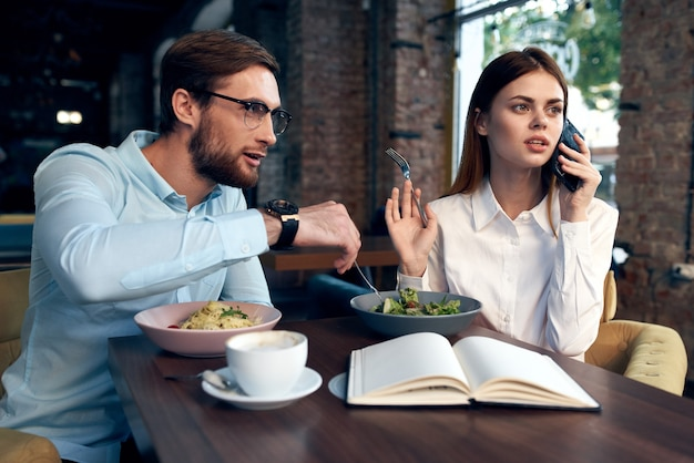 Werkcollega's café ontbijt communicatie ambtenaren financiën