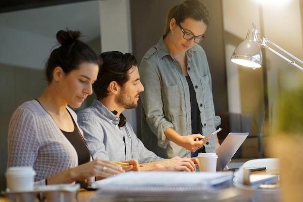 Werkcollega's die over project in co het werk ruimte gaan