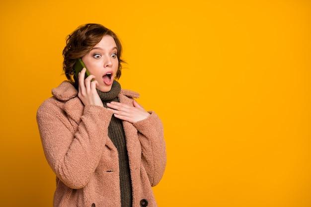 Werkelijk? foto van grappige mooie dame houdt telefoon sprekende vrienden delen vers nieuws dragen casual moderne stijl roze jas warme groene gebreide trui