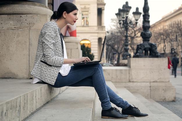 Werken aan een laptop op straat