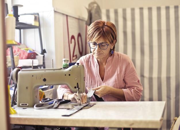 Werken aan een naaimachine