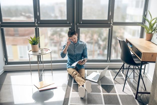 Werken. man aan het werk in een kamer met grote wndows en op zoek naar betrokken