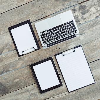 Werken met een stapel papieren en een laptop