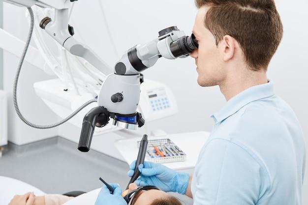 Werken met microscoop