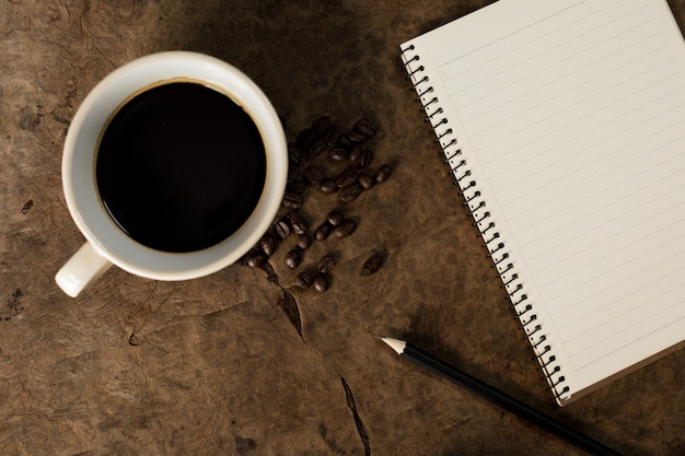Werken met notitieblokken en koffiemokken op houten vloeren.