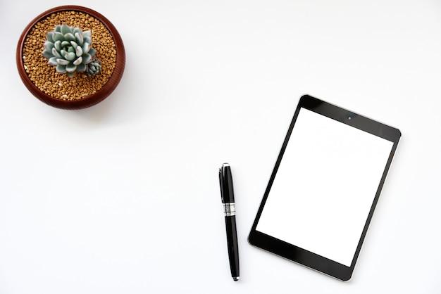 Werken met tablet pc en succulente kopie ruimte op tabelachtergrond