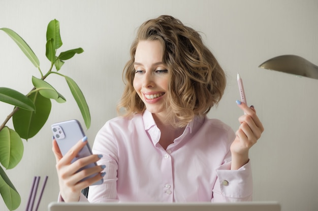 Werken op afstand vanuit huis. freelancer met laptop, kopje koffie, bril. concept van afstandsonderwijs, isolatie, vrouwelijke zaken, online winkelen.