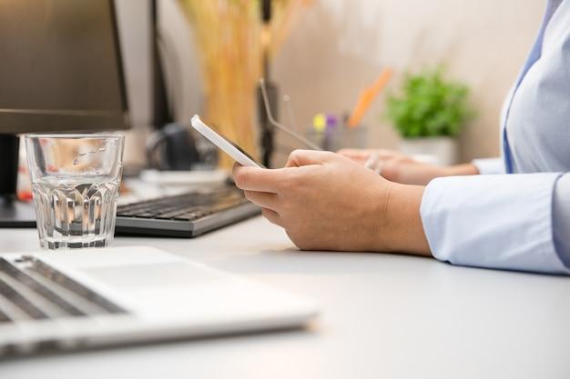 Werken op afstand vanuit huis. werkplek in thuiskantoor met pc, apparaten en gadgets.