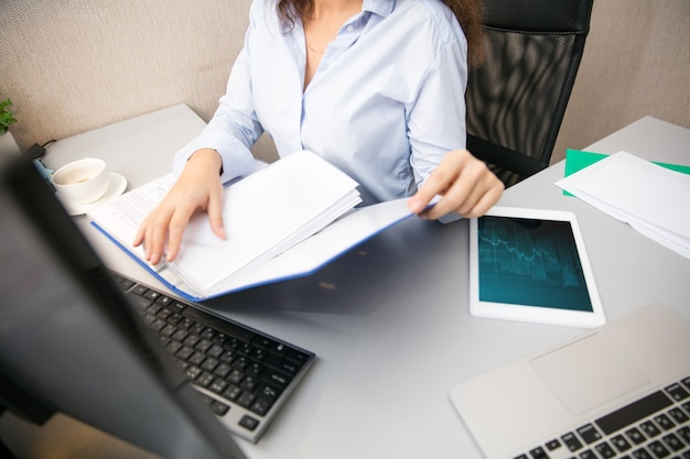 Werken op afstand vanuit thuiswerkplek in thuiskantoor met pc-apparaten en gadgets