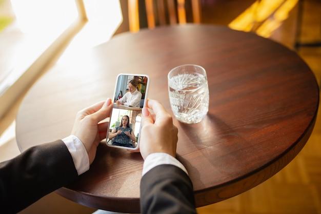 Werken op afstand werkplek in bar restaurant kantoor met pc-apparaten en gadgets