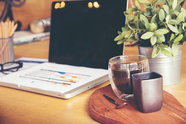 Werken op kantoor met het tonen van handmarktrapportgrafieken. marketingafdeling die nieuwe strategie plant. onderzoeksproces houten tafel. horizontaal. vage achtergrond.