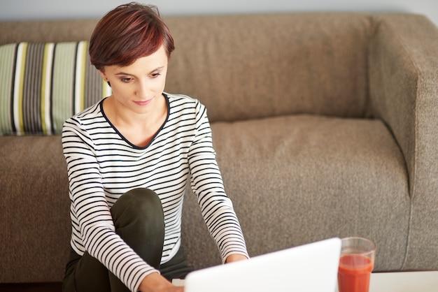 Werken op laptop naast de bank