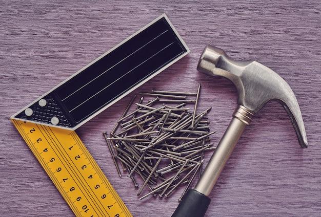Werken timmerwerktuigen, hamer, markeerhoek en spijkers